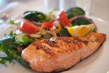 Gebratener Lachs mit buntem Salat