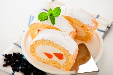 Biskuitroulade mit Mandarinen-Sahne-Füllung