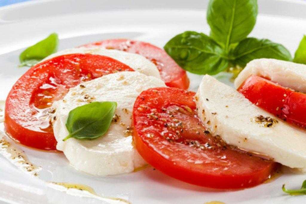 tomaten mozzarella salat rezept. Black Bedroom Furniture Sets. Home Design Ideas