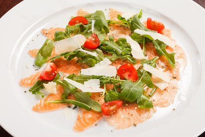 lachs carpaccio mit rucola und parmesan rezept. Black Bedroom Furniture Sets. Home Design Ideas