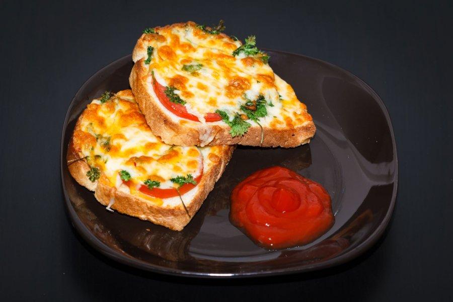 tomaten mozzarella pizzabr tchen rezept. Black Bedroom Furniture Sets. Home Design Ideas